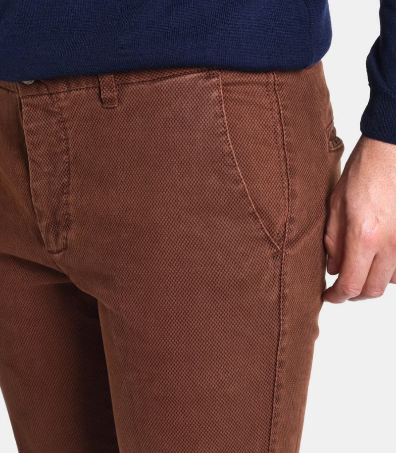 Men's micropattern chinos trousers brown. MK89569
