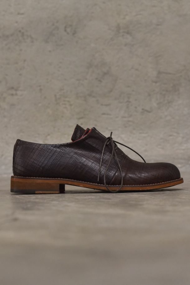 Men's classic shoes in carved calf leather brown. SC03MORO