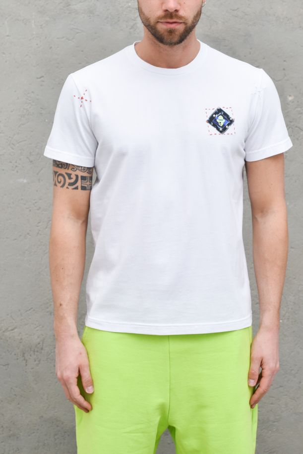 Men's t-shirt with embroidery and patches white. TS 7BIANCO