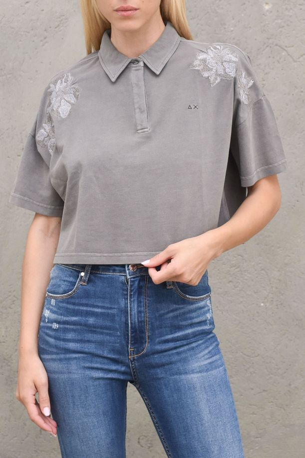 Women's cropped short polo embroidered stone. A31212STONE