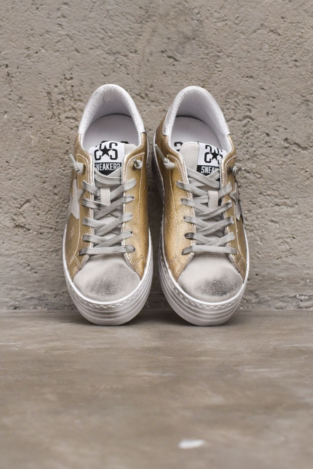 Women's low snekaer shoes used with logo gold. 2SD3063-005-BORO
